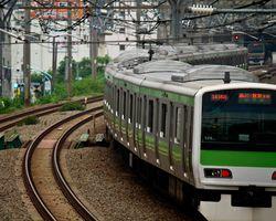 長距離の通勤時間の会社員が乗っている電車
